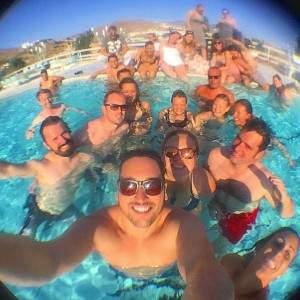 piscina com amigos viagem pelo mundo