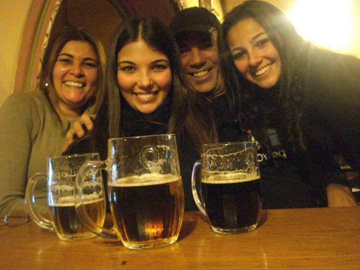 Com a família em um pub em Praga, na República Tcheca (2009) Texto: Au Pair nos EUA